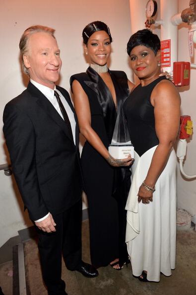 2013ama rihanna backstage with mom and bill