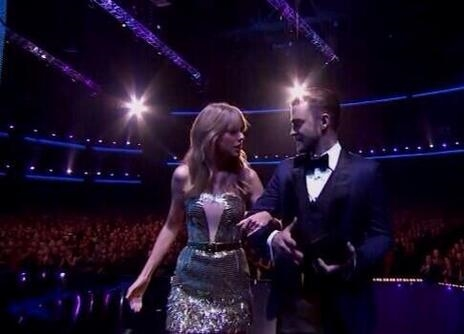 Taylor Swift escorts Justin Timberlake on stage at the 2013 AMA