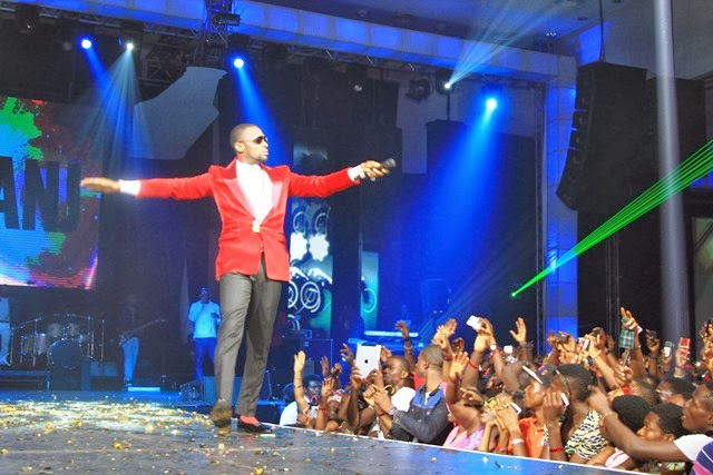 colorful wrorld of more dbanj on stage