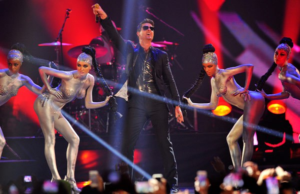mtv ema robin-thicke-performs-2