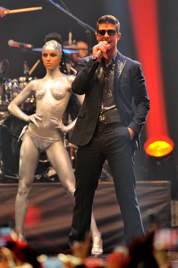 mtv ema robin-thicke-performs